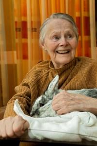 Bewohnerin mit Kaninchen (Foto: SMMP/Pohl)