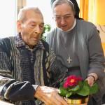 Schwester mit Bewohner im Wohnbereich (Foto: SMMP/Pohl)