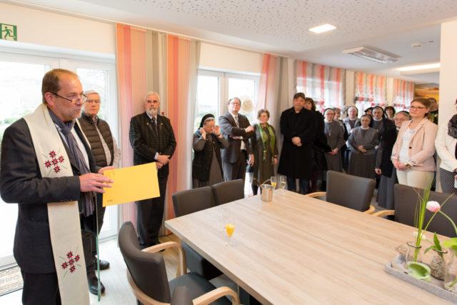 Pfarrer Norbert Urbic von der Marinus-Gemeinde segnete die neuen Räume. (Foto: Beer/SMMP)